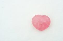 Corazón en la nieve blanca Imagen de archivo libre de regalías
