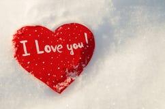 Corazón en la nieve en los rayos de la puesta del sol Fotografía de archivo libre de regalías