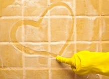 Corazón en la pared del jabón Fotos de archivo libres de regalías