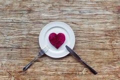 Corazón en la placa Foto de archivo libre de regalías