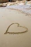 Corazón en la playa. Fotos de archivo libres de regalías