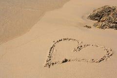 Corazón en la playa Imagen de archivo libre de regalías