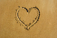 Corazón en la playa de la arena. Fotografía de archivo