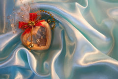 Corazón en la seda azul elegante para el día de tarjeta del día de San Valentín del St Fotografía de archivo libre de regalías