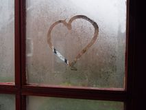 Corazón en la ventana tórrida Imagen de archivo