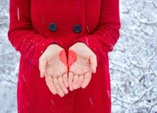 Corazón en las manos imagen de archivo libre de regalías