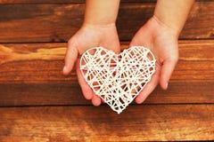 Corazón en las manos del ` s de los niños Foto de archivo