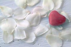 Corazón en los pétalos color de rosa blancos Imagenes de archivo
