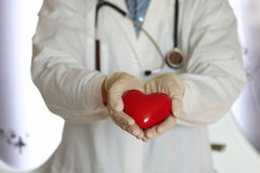 Corazón en mano del doctor Foto de archivo libre de regalías