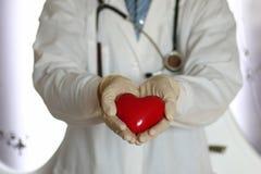 Corazón en mano del doctor Imágenes de archivo libres de regalías