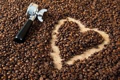 Corazón en muchos granos de café con el corazón Fotos de archivo libres de regalías