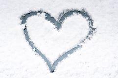 corazón en nieve foto de archivo