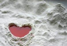 Corazón en nieve imagen de archivo libre de regalías