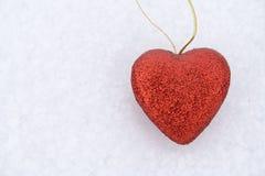Corazón en nieve imagenes de archivo