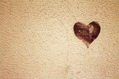 Corazón en texturas del grunge del muro de cemento Fotos de archivo