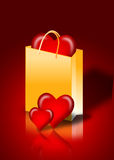Corazón en un bolso de compras Foto de archivo libre de regalías