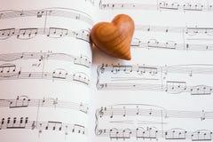 Corazón en una hoja de la música Fotos de archivo libres de regalías