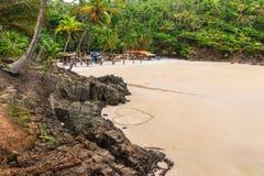 Corazón en una playa de la arena con la roca como fondo Foto de archivo libre de regalías