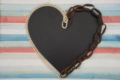 Corazón encadenado con las perlas foto de archivo