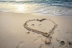 Corazón escrito en la arena. Fotografía de archivo