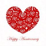 Corazón feliz del día del aniversario con las rosas rojas Imagenes de archivo