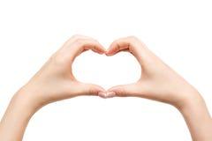 Corazón femenino de la demostración de las manos en el fondo blanco Foto de archivo