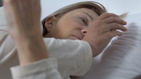 Corazón femenino triste en manos, muestra de la esperanza, problemas cardiológicos del juguete de la tenencia del paciente metrajes
