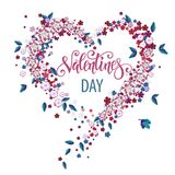 Corazón floral hermoso con las letras Tarjeta de la tarjeta del día de San Valentín Fotografía de archivo