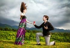Corazón gifting del hombre a su novia Fotos de archivo