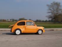 Corazón grande en el pequeño coche Fotos de archivo