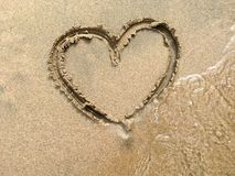 Corazón grande en la arena en la playa Foto de archivo libre de regalías