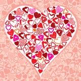 Corazón grande hecho con las porciones de diversos pequeños corazones Imagenes de archivo