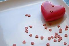 Corazón grande y pequeño del día de tarjeta del día de San Valentín en cosecha del paisaje imagenes de archivo