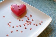 Corazón grande y pequeño del día de tarjeta del día de San Valentín en paisaje imágenes de archivo libres de regalías