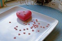 Corazón grande y pequeño del día de tarjeta del día de San Valentín en paisaje de par en par fotos de archivo libres de regalías