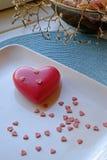 Corazón grande y pequeño del día de tarjeta del día de San Valentín en retrato fotografía de archivo