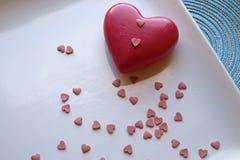 Corazón grande y pequeño del día de tarjeta del día de San Valentín en top del paisaje imagen de archivo libre de regalías