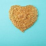 Corazón hecho con la textura de madera del encadenamiento del oro Foto de archivo libre de regalías