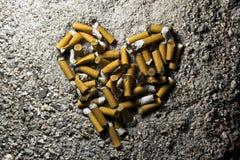 Corazón hecho de cigarrillos ahumados Imagenes de archivo