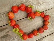 Corazón hecho de la fresa jugosa Fotografía de archivo libre de regalías