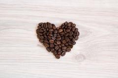 Corazón hecho de los granos de café frescos Imagenes de archivo
