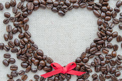 Corazón hecho de los granos de café en el saco texturizado imagen de archivo libre de regalías