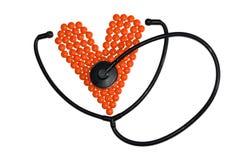 Corazón hecho de píldoras y de phonendoscope Imagenes de archivo