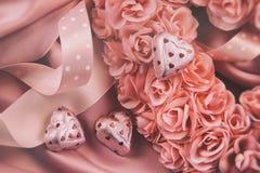 Corazón hecho de rosas rosadas con las cintas Fotos de archivo libres de regalías