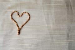 Corazón hecho de una cadena del oro Corazón brillante, brillante, atractivo, de moda, costoso de la joyería imágenes de archivo libres de regalías