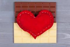 Corazón hecho en casa rojo encima del blanco y del chocolate con leche Fotos de archivo
