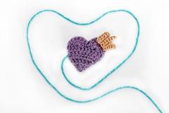 Corazón hecho a ganchillo con la corona Foto de archivo