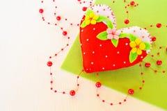 Corazón hecho hogar del fieltro Símbolo del día de tarjetas del día de San Valentín Juguete suave del corazón del fieltro hecho a Fotografía de archivo