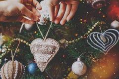 Corazón hecho a mano de la harpillera del inconformista de la Navidad Foto de archivo