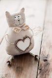 Corazón hecho a mano de la tela suave del gato para insertar el texto Imagen de archivo